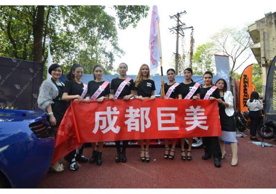 学员为国际超模大赛初选化妆