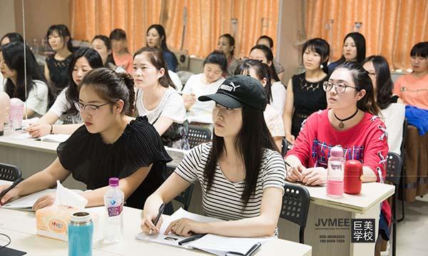 学完美容出国新加坡做美容师