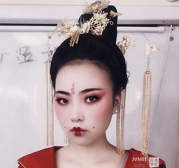 女生初中毕业学化妆专业