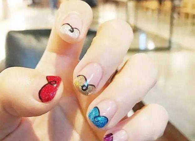 手指较短该怎么选择指甲油以及该如何涂抹?