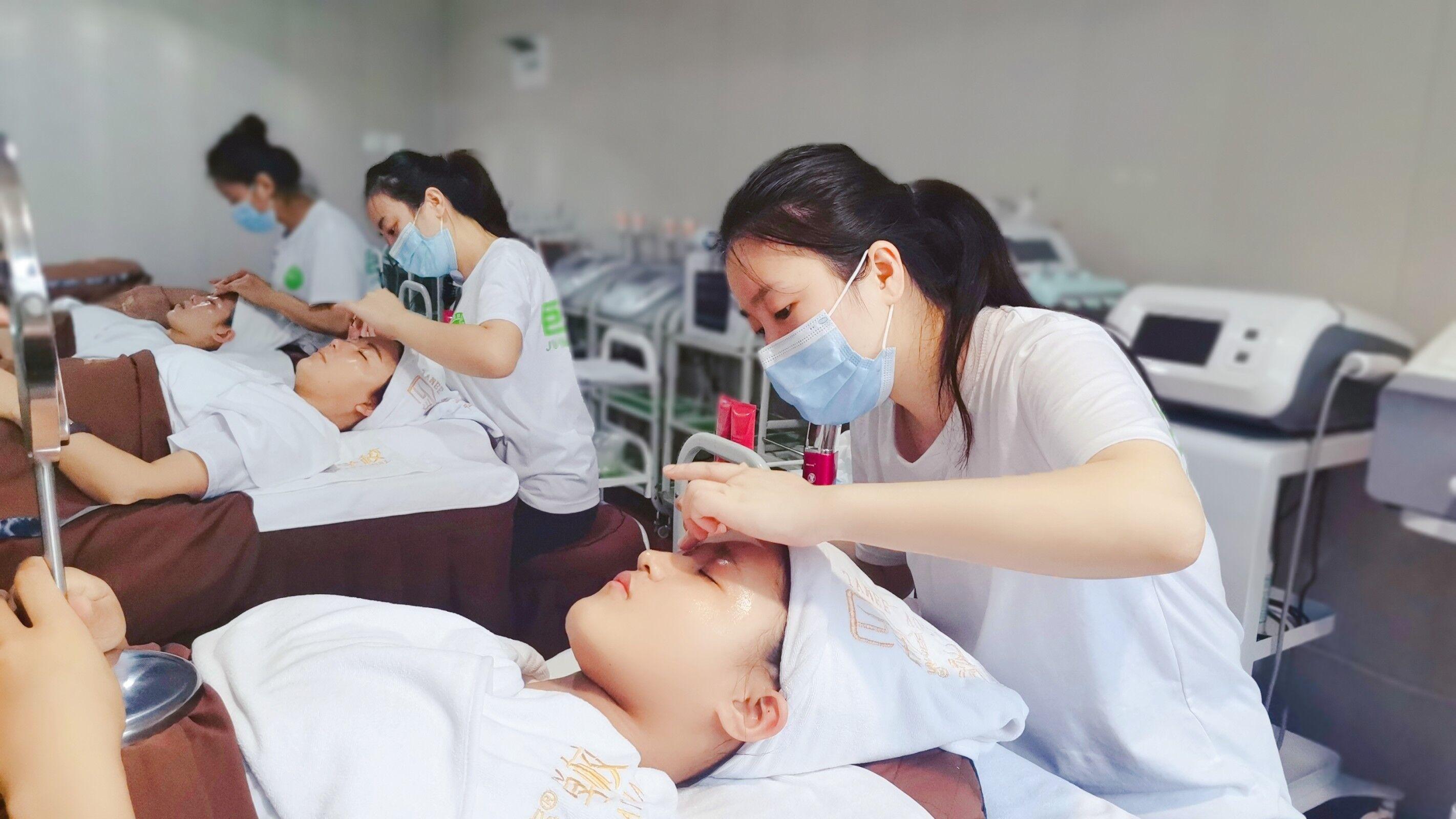 成都哪家美容培训学校更专业(成都哪里有专业的美容培训学校) ... ...