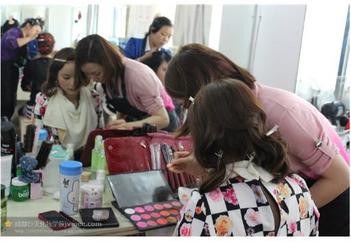 成都化妆学校的学生练习